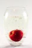 Apple dans le vase avec de l'eau Photos stock