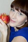 Apple dans les mains des filles. photo stock