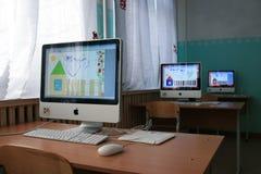 Apple-datorer i en internatskola för barn arkivfoton