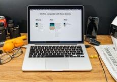 Apple-datorer på senast meddelanden för WWDC av Royaltyfri Fotografi