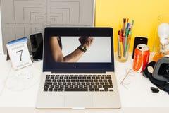 Apple-datorwebsite som ställer ut Apple klockaserie 2 Arkivfoto