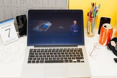 Apple-datorwebsite som ställer ut hastighet för äppleklockadubbelkärna Royaltyfri Foto