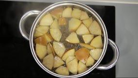 Apple-de compote is gekookt in een steelpan