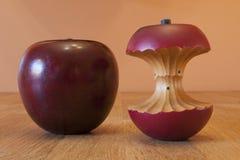 Apple de madeira e núcleo Imagens de Stock