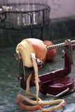 Apple-de snijmachine van de schilmesjeappelboor met appel Royalty-vrije Stock Afbeeldingen