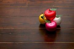 Apple-Dekorationen auf Holztisch stockbilder