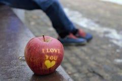 Apple del amor en el banco Fotografía de archivo
