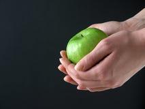Apple in den Händen Stockfotografie