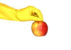Apple in der Hand mit gelbem Handschuh auf Weiß Lizenzfreies Stockbild