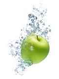 Apple, der im Wasser spritzt Lizenzfreie Stockbilder