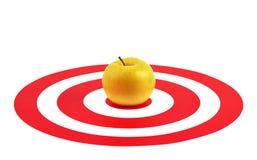 Apple in der Mitte des roten Ziels Lizenzfreies Stockfoto