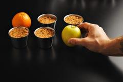 Apple desintegra a sobremesa com fruto imagem de stock royalty free