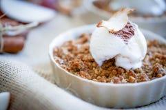 Apple desintegra a sobremesa com gelado da canela e da baunilha no wo Foto de Stock