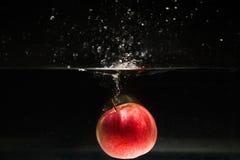 Apple die in water vallen Royalty-vrije Stock Afbeelding