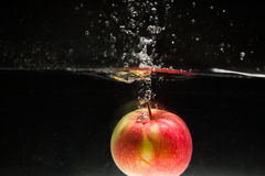 Apple die in water vallen Stock Foto