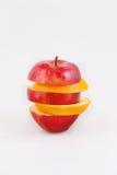 Apple e as fatias alaranjadas combinaram por uma pirâmide em um backgro branco fotografia de stock royalty free