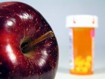 Apple e bottiglia di pillola Immagini Stock