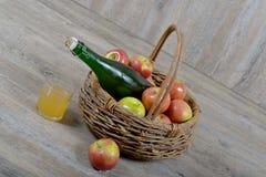 Apple e bottiglia di sidro. fotografia stock libera da diritti