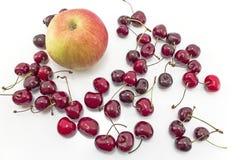 Apple e ciliege isolati su bianco Immagini Stock Libere da Diritti