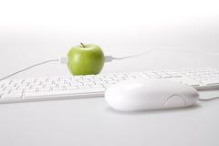 Apple e computador Fotografia de Stock Royalty Free