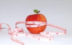 Apple e fita de medição Fotografia de Stock Royalty Free