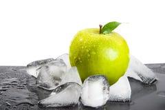 Apple e hielo Fotos de archivo libres de regalías