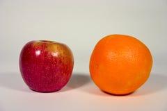 Apple e laranja Imagens de Stock