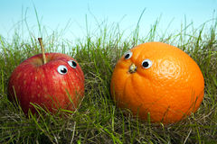 Apple e laranja com olhos do smiley fotos de stock royalty free