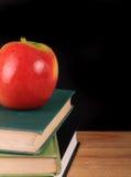 Apple e libri per di nuovo alla scuola Fotografia Stock