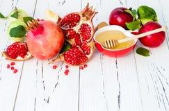 Apple e mel, alimento tradicional do ano novo judaico - Rosh Hashana Copie o fundo do espaço imagens de stock
