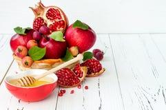Apple e miele, alimento tradizionale del nuovo anno ebreo - Rosh Hashana Copi il fondo dello spazio immagine stock libera da diritti