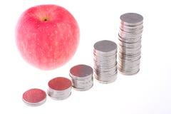 Apple e monete Fotografia Stock Libera da Diritti
