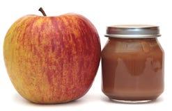 Apple e o banco do comida para bebê em um fundo branco. Compota de maçã. Imagem de Stock
