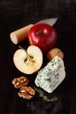 Apple e queijo azul. imagem de stock
