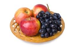 Apple e uva em uma placa fotografia de stock