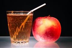 Apple e vetro di spremuta sul simbolo di vetro di dieta Fotografia Stock