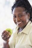 apple eating green senior woman Στοκ Εικόνες