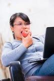 apple eating online Στοκ φωτογραφία με δικαίωμα ελεύθερης χρήσης