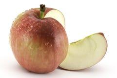 Apple ed una fetta su fondo bianco fotografia stock libera da diritti