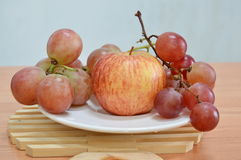 Apple ed uva rossa Immagini Stock Libere da Diritti