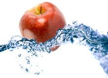 Apple in einem Wasser lizenzfreies stockbild