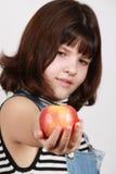 Apple in einer Hand des Mädchens Stockbilder