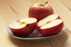 Apple em uma placa branca Imagens de Stock Royalty Free