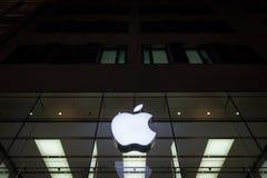 Apple-embleem op München Apple Store tijdens een sneeuwnacht wordt genomen die Apple Store is een ketting van detailhandels door  Stock Foto's