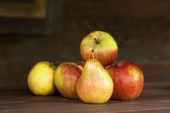 Apple en één peer 1 Royalty-vrije Stock Fotografie