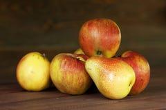 Apple en één peer 2 Royalty-vrije Stock Foto's