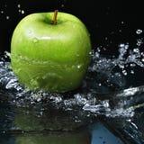 Apple en agua Imagen de archivo libre de regalías