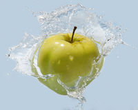 Apple en agua Imágenes de archivo libres de regalías