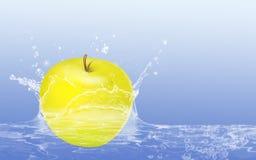 Apple en agua Imagenes de archivo