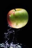 Apple en agua fotos de archivo